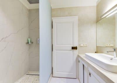 renovation appartement quai montebello paris salle de douche meuble vasque sur mesure kaizo studio architecte interieur paris bourg la reine web 1