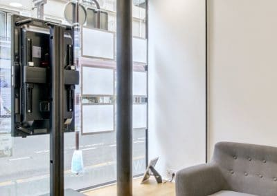 transformation boutique agence immobiliere mouton duvernet paris detail entree podium kaizo studio architecte interieur paris bourg la reine web