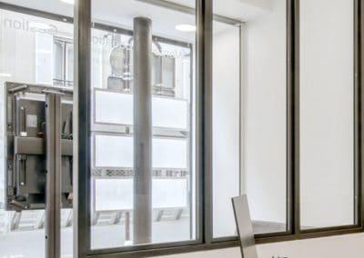 transformation boutique agence immobiliere mouton duvernet paris detail verriere sur mesure bureau en enfilade kaizo studio architecte interieur paris bourg la reine web